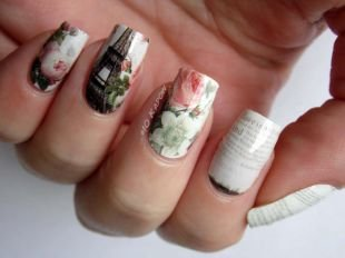 Дизайн нарощенных ногтей, газетный маникюр с парижем