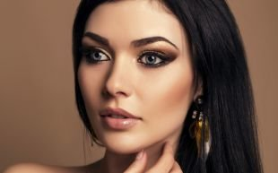 Макияж под желтое платье, макияж: темный цвет волос и светлые серо-голубые глаза