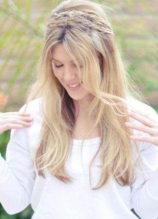 Песочный цвет волос, прическа с распущенными волосами в стиле бохо
