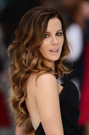 Светло каштановый цвет волос на длинные волосы, стильное венецианское мелирование для брюнеток
