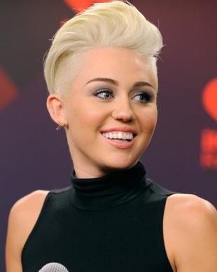 Цвет волос платиновый блондин, модная стрижка с выбритыми висками