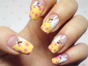 Рисунки точками на ногтях, желтый френч с розовым горошком и стразами