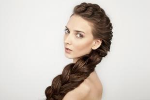Цвет волос темный каштан, прическа с косой на длинные густые волосы