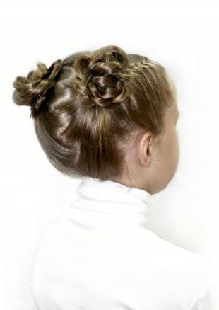 Темно русый цвет волос, красивая прическа для девочки на основе 2-х пучков