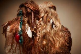 Прически с локонами на длинные волосы, небрежная прическа с косой в стиле «бохо»
