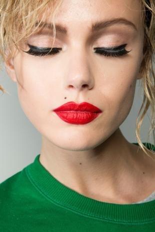 Макияж для блондинок с красной помадой, макияж с красной помадой и накладными ресницами