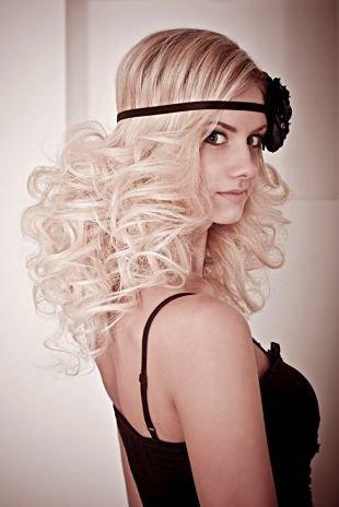 Цвет волос холодный блонд, экстравагантная прическа с повязкой