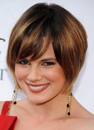 Цвет волос шатен, модная короткая стрижка с косой челкой