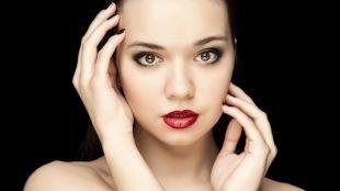 Макияж для брюнеток с красной помадой, макияж для выпускниц с карими глазами и темными волосами