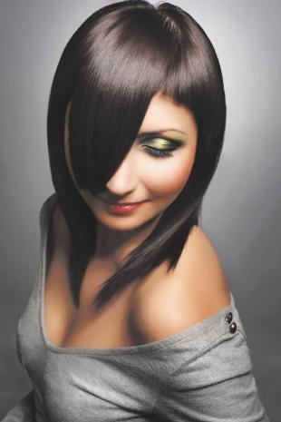 Макияж для тёмно зелёных глаз и тёмных волос, экстравагантная асимметричная стрижка