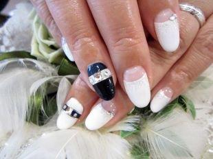 Рисунки на свадьбу на ногтях, черно-белый лунный маникюр со стразами