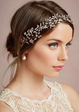 Прически с диадемой, свадебная прическа с использованием аксессуаров для волос