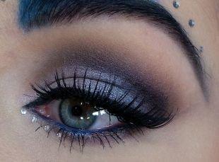 Макияж для брюнеток с голубыми глазами, макияж для серо-голубых глаз с сиреневыми тенями и камнями
