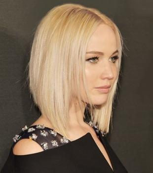 Бежевый цвет волос, стрижка боб средней длины для круглого лица