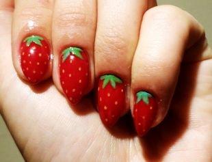 Красный маникюр, рисунок клубнички на ногтях