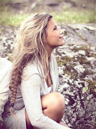 Пепельный цвет волос на длинные волосы, прическа с косой в стиле «бохо»