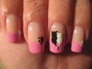 Дизайн нарощенных ногтей, розовый френч с лапками и котиками на ногтях