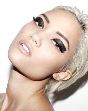 Креативный макияж, рокерский макияж для блондинки