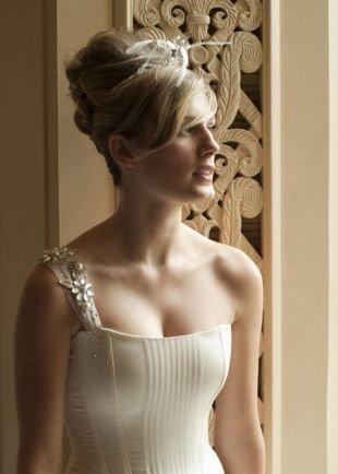 Прически в стиле 50 х годов на длинные волосы, высокая свадебная прическа с оригинальной диадемой