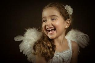Модные прически для девочек, детская прическа на выпускной с обручем