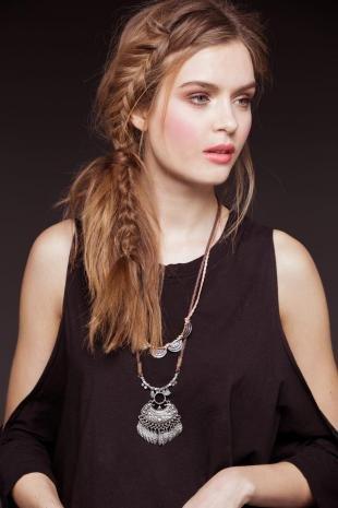 Карамельно русый цвет волос на длинные волосы, повседневная прическа в стиле бохо