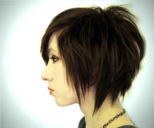 Шоколадный цвет волос, небрежный боб на короткие волосы
