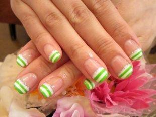 Двухцветный маникюр, полосатый бело-зеленый французский маникюр