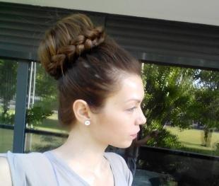 Цвет волос шатен, модная прическа для выпускницы - пучок с косой
