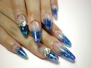 Рисунки на ногтях на морскую тематику, синий френч с декоративной пудрой и камнями