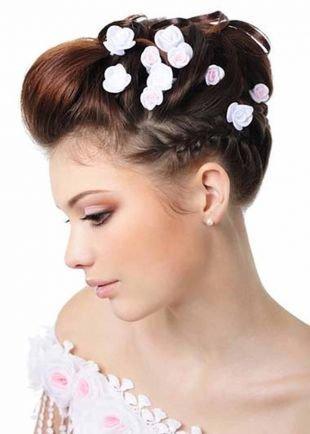 Прически с косой на средние волосы, нежная свадебная прическа, украшенная цветами