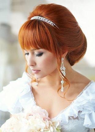 Медно русый цвет волос, гладкая свадебная прическа с челкой
