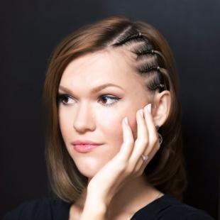 Светло каштановый цвет волос на средние волосы, прическа на средние волосы с мелкими косичками сбоку головы