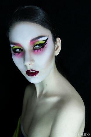 Макияж на Хэллоуин, восточный макияж с розовыми и салатными тенями