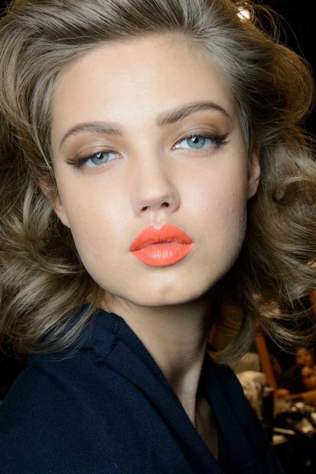 Дневной макияж для серых глаз и русых волос