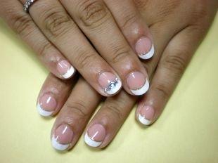 Школьный маникюр на короткие ногти, френч с золотистой каемочкой и стразами на коротких ногтях