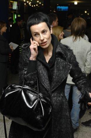 Черный цвет волос, короткая стрижка для женщин после 40 лет с очень короткой челкой