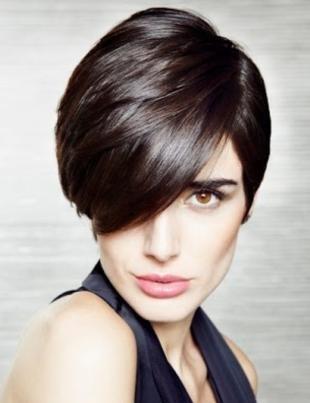 Перламутровый цвет волос, стильная короткая стрижка для бизнес-леди