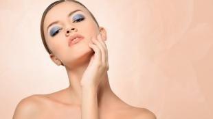 Яркий макияж для серых глаз, макияж с синими тенями