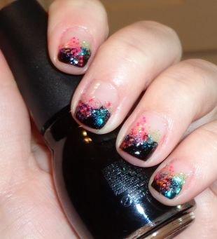 Разноцветный маникюр, черный френч с блестками на коротких ногтях