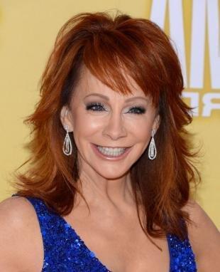 Ярко рыжий цвет волос, великолепная прическа на средние волосы для женщин после 40 лет