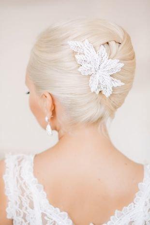 Прически с цветами, шикарная свадебная прическа на средние волосы - вариант ракушки с украшением