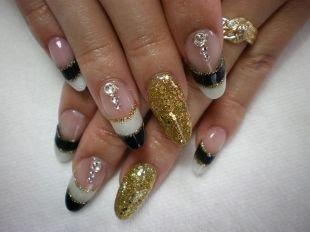 Рисунки фольгой на ногтях, черно-белый френч с золотистым декором и камнями