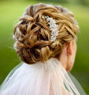 Свадебные прически с фатой, очаровательная свадебная прическа на длинные волосы