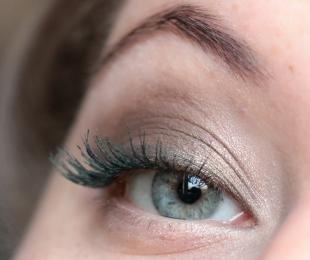 Свадебный макияж для голубых глаз и темных волос, светлый макияж глаз