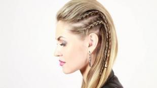 Цвет волос песочный блондин, прическа с эффектом выбритых висков