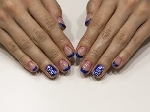 Маникюр на очень коротких ногтях, замечательная идея маникюра с покрытием шеллаком синего цвета с рисунком