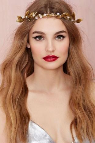 Макияж для фотосессии, макияж с густыми черными стрелками и красной помадой