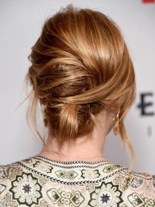 Темно карамельный цвет волос, оригинальный праздничный пучок на длинные волосы