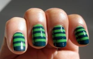 Зеленый френч, полосатый дизайн ногтей