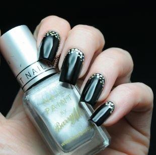 Модный дизайн ногтей, стильный черный маникюр с золотистым горошком